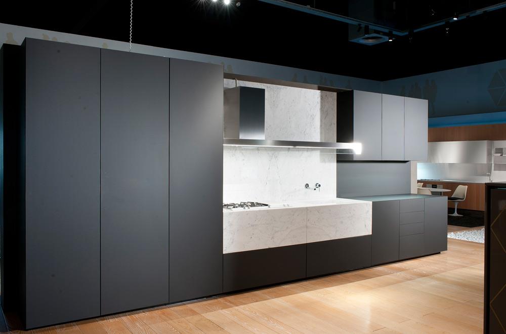 mensole design cucine moderne : Monolite Cucine Essenziali ? Cucina in legno penisola a sbalzo senza ...